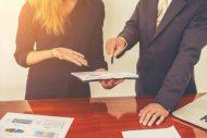 ludzie-biznesu-omawianie-wykresow-i-diagramow-podczas-spotkania-w_1150-770